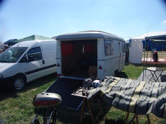 moto racing moto dans caravane. Black Bedroom Furniture Sets. Home Design Ideas